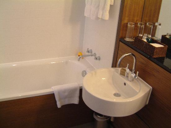 Apex City Of London Hotel Huge Modern Bathroom