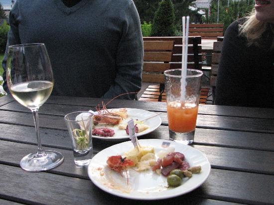 Champoluc, Italia: Free happy hour on the deck