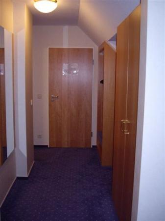 Hotel Restaurant Traube: entrada+pasillo+armarios a izquierda+aseo+baño
