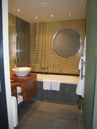 Hotel Van Eyck: Bath