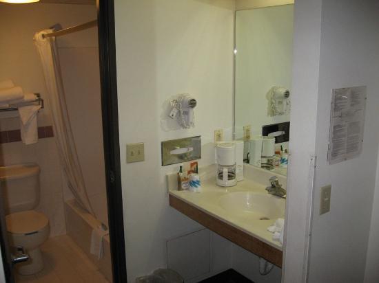 AmericInn Hotel & Suites Bloomington East - Airport: Standard AmericInn bathroom