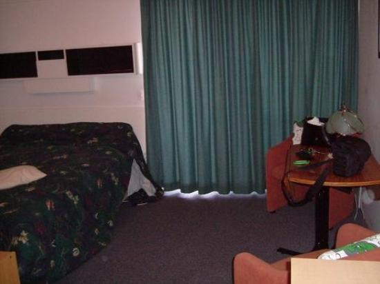 Lakefront Motor Lodge : bed area