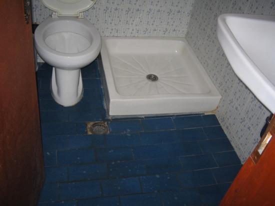 Pension Petros: Acqua sul pavimento del bagno