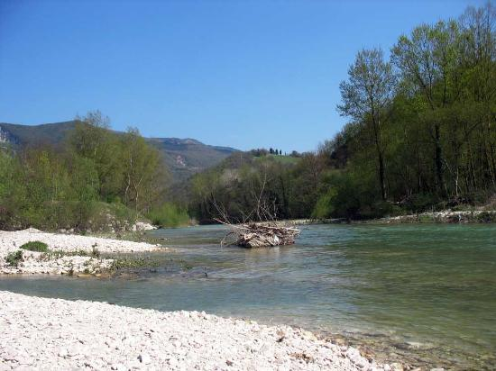 Province of Pesaro and Urbino, Ιταλία: The river near San Vincenzo al Furlo Church