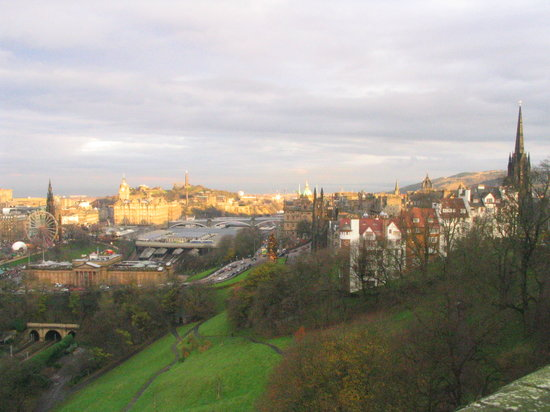 Édimbourg, UK : Looking out from the Castle across Edinburgh, Dec 05
