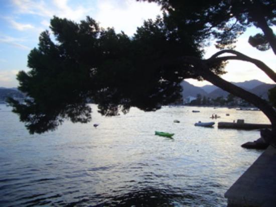 Hotel Illa d'Or: view from promenade into Port