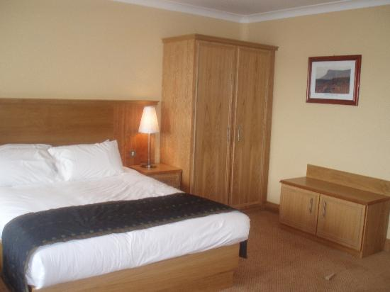 Diamond Coast Hotel: wardrobe/bed