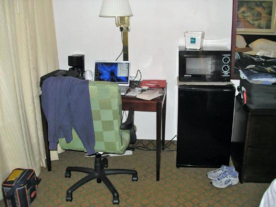 Rocky Mount, Carolina del Norte: Desk & office chair, microwave, fridge