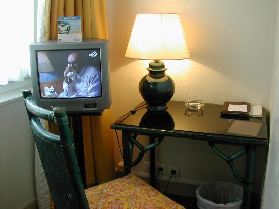 Hotel des Deux Iles: Desk in the room