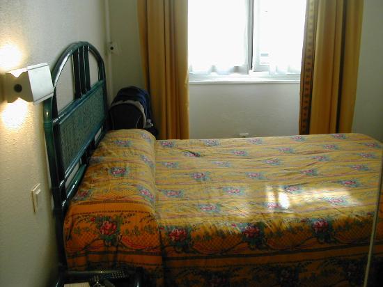 Hotel des Deux Iles: Simple bed