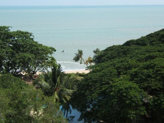 Shangri-La's Rasa Sayang Resort & Spa: beach - view from dlx seaview room