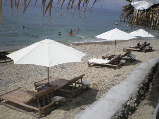 La Luz Beach Resort: umbrellas by the shore