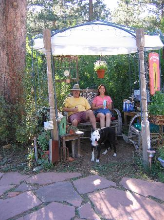 Gilded Pine Meadows Bed and Breakfast: Caprsisa, Eric and their dog Maggie