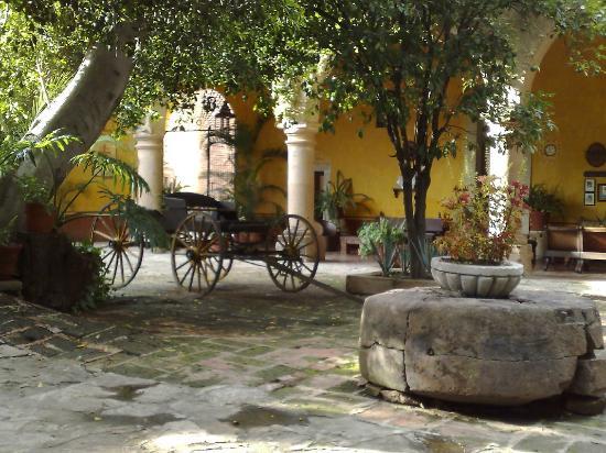 Hacienda El Carmen Hotel & Spa: Rear portico