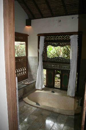 Villa Wanakerta: Chambre supérieure- Salle de bain