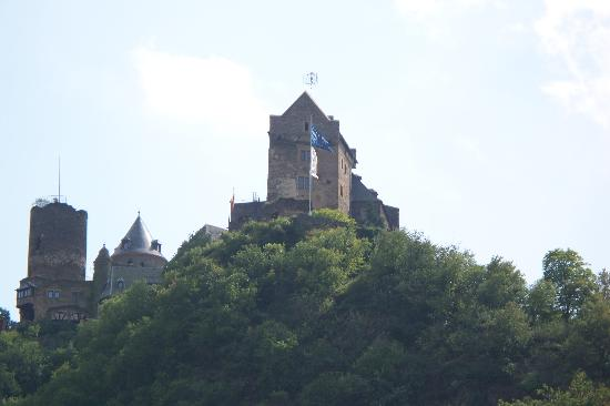 Castle Hotel Auf Schoenburg: View of the castle from the town of Oberwesel