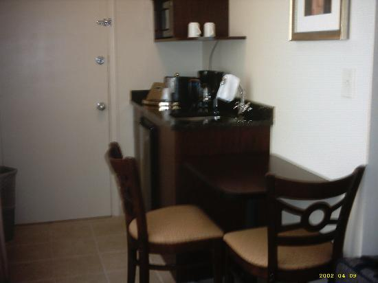 Regency Suites: Kitchenette