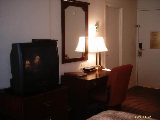 Regency Suites: Internet Accessible Desk