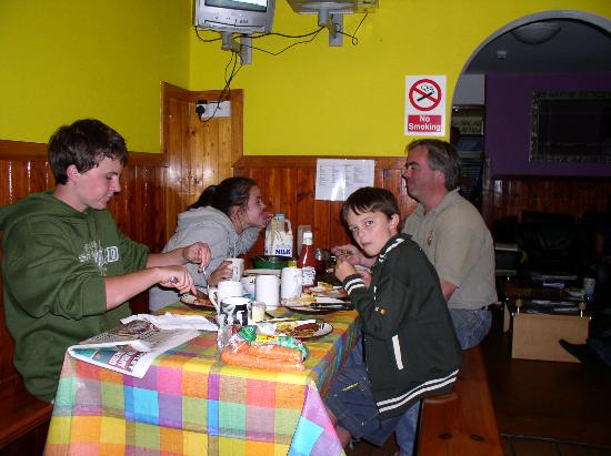 Railway Hostel: Eating dinner in the dining room
