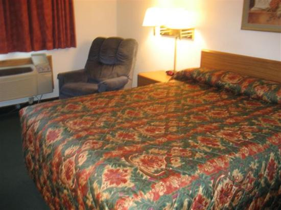 Super 8 by Wyndham Springfield East: Inside the Room