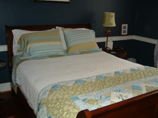 Old Waterstreet Inn: Bed in Cortland Room
