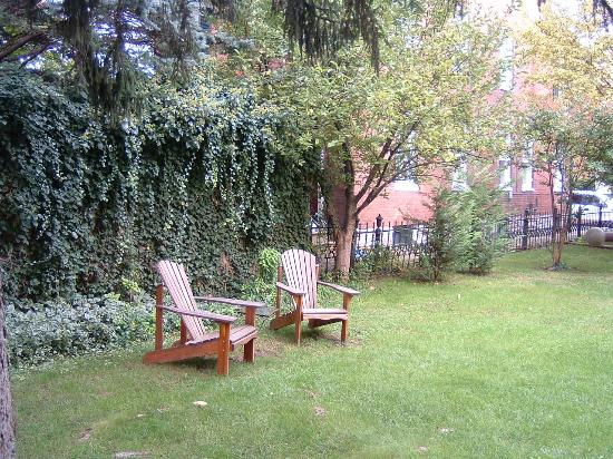 Old Waterstreet Inn: Chairs in yard