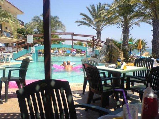Simos Magic Beach Hotel Apartments: Pool from the Shade