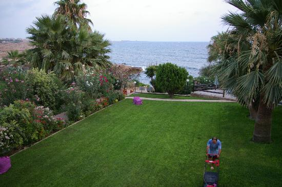 Rododafni Beach Holiday Apartments & Villas: Gardens