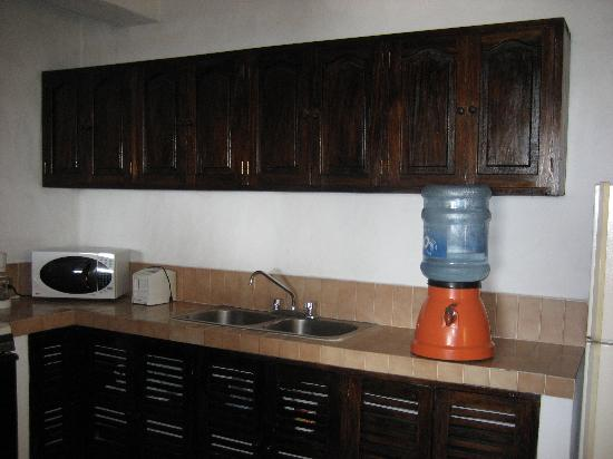Villas Loma Linda: Kitchen... see the water cooler?
