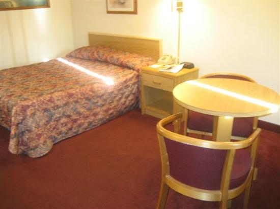 Inside the room - Picture of Super 8 by Wyndham Tulsa, Tulsa