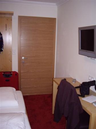 Hotel Obermayr: Entrada + LCD TV en la pared
