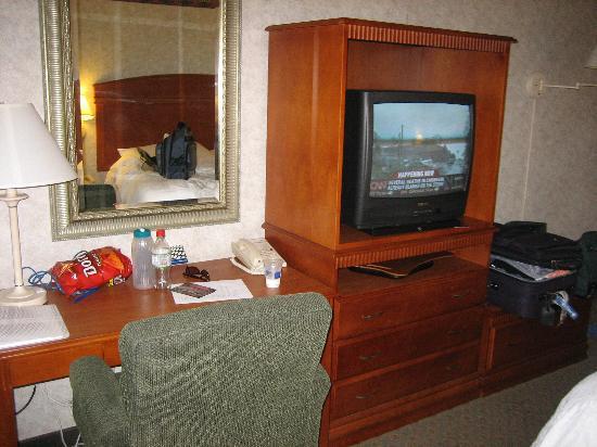 Hampton Inn Los Angeles/Arcadia/Pasadena: The Tv and Desk.