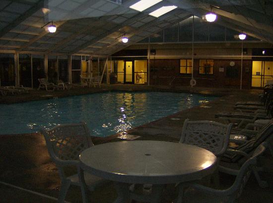 Quality Suites at Lake Wright: Outside enclosed Pool Area