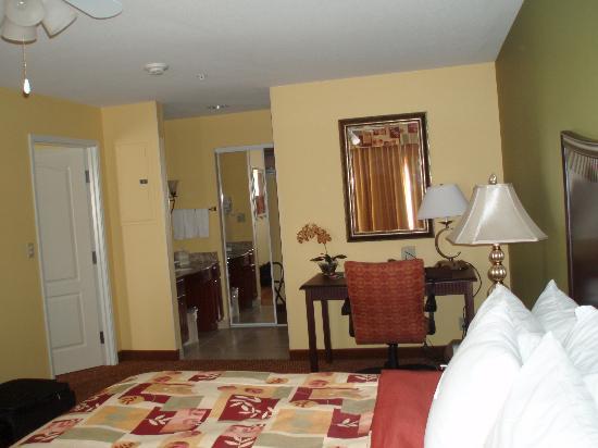 Homewood Suites by Hilton Fort Collins: Bedroom/sink/bathroom/closet