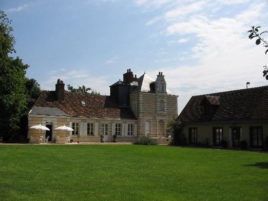 Le Plessis: breakfast on the terrace or in the chateau