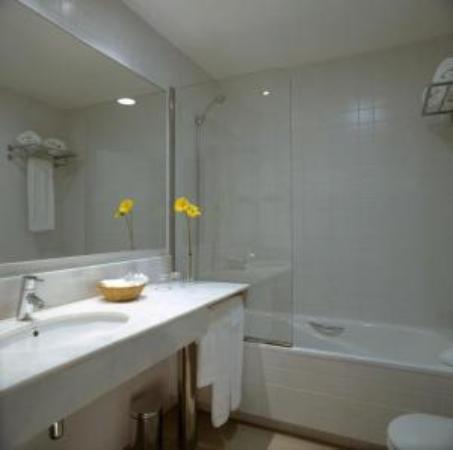 Hotel Arc La Rambla: Superior Room's Bathroom