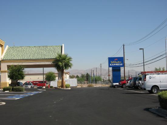 Holiday Inn Express Las Vegas Nellis: Entrance and forecourt