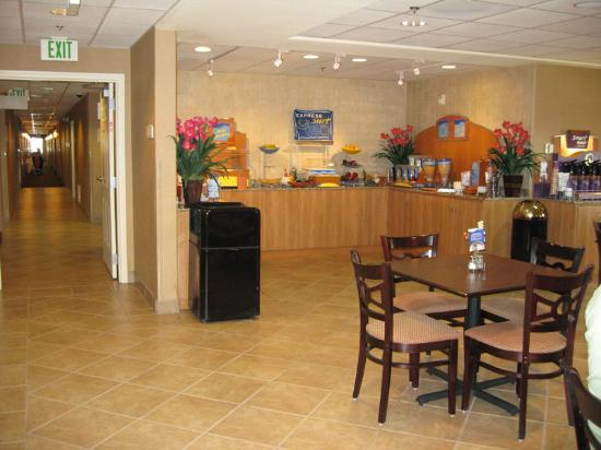 Holiday Inn Express Las Vegas Nellis: Breakfast room