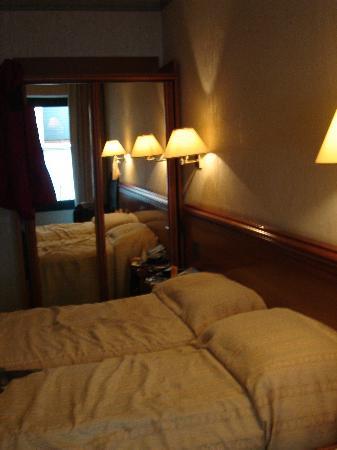 Hotel du Lac: dingy room