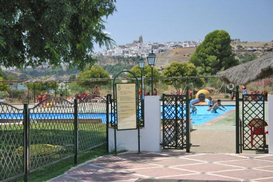 Hotel Meson de la Molinera : Pool with Arcos in the background