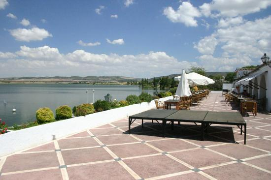 Hotel Meson de la Molinera : Terrace bar overlooking the lake