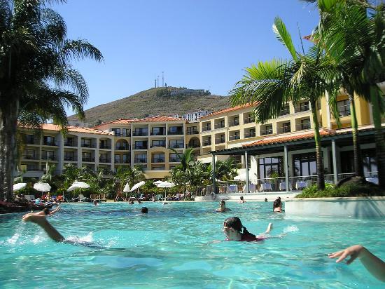 Porto Mare Hotel: Une des piscine et la terrasse du pti déj