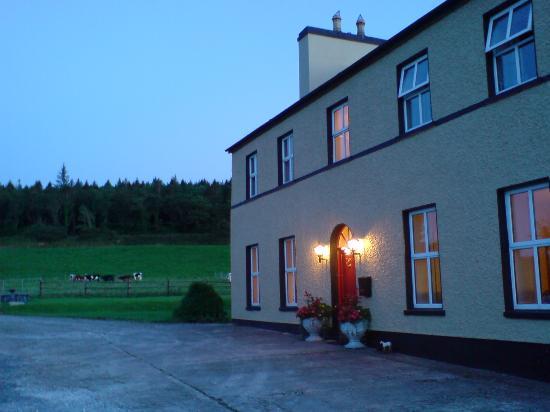 Kilburn House Farmhouse Bed and Breakfast: at dusk