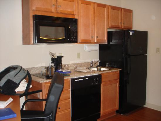 Candlewood Suites Winchester: Kitchen area