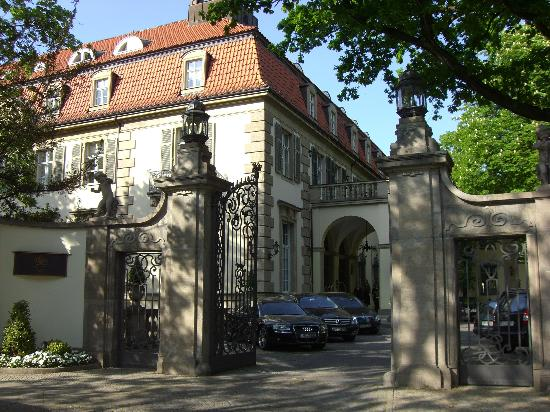 Patrick Hellmann Schlosshotel: Outside view of the front of house