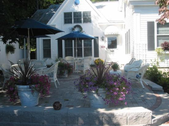 Almost Home Inn Ogunquit: Front Patio - Great for Wine & Cheese