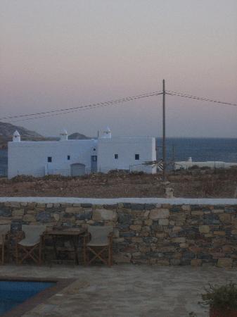 Aeolos Hotel: Pool at dusk - spot the goat peeking over the wall!