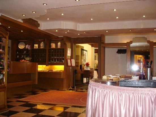 Schwarzmatt Hotel: dalla reception verso il bar con il buffet delle torte