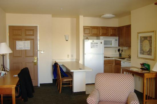 Staybridge Suites Denver-Cherry Creek: Kitchen area