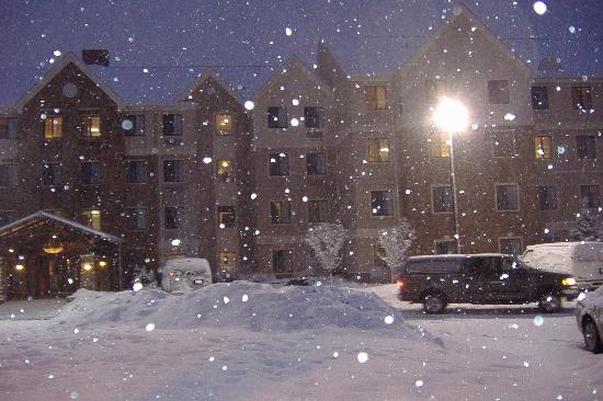 Staybridge Suites Denver-Cherry Creek: Hotel in the snow